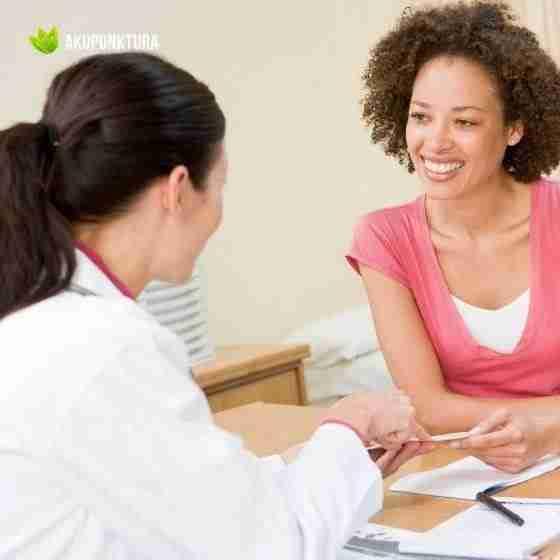 doktor bada pacjenta